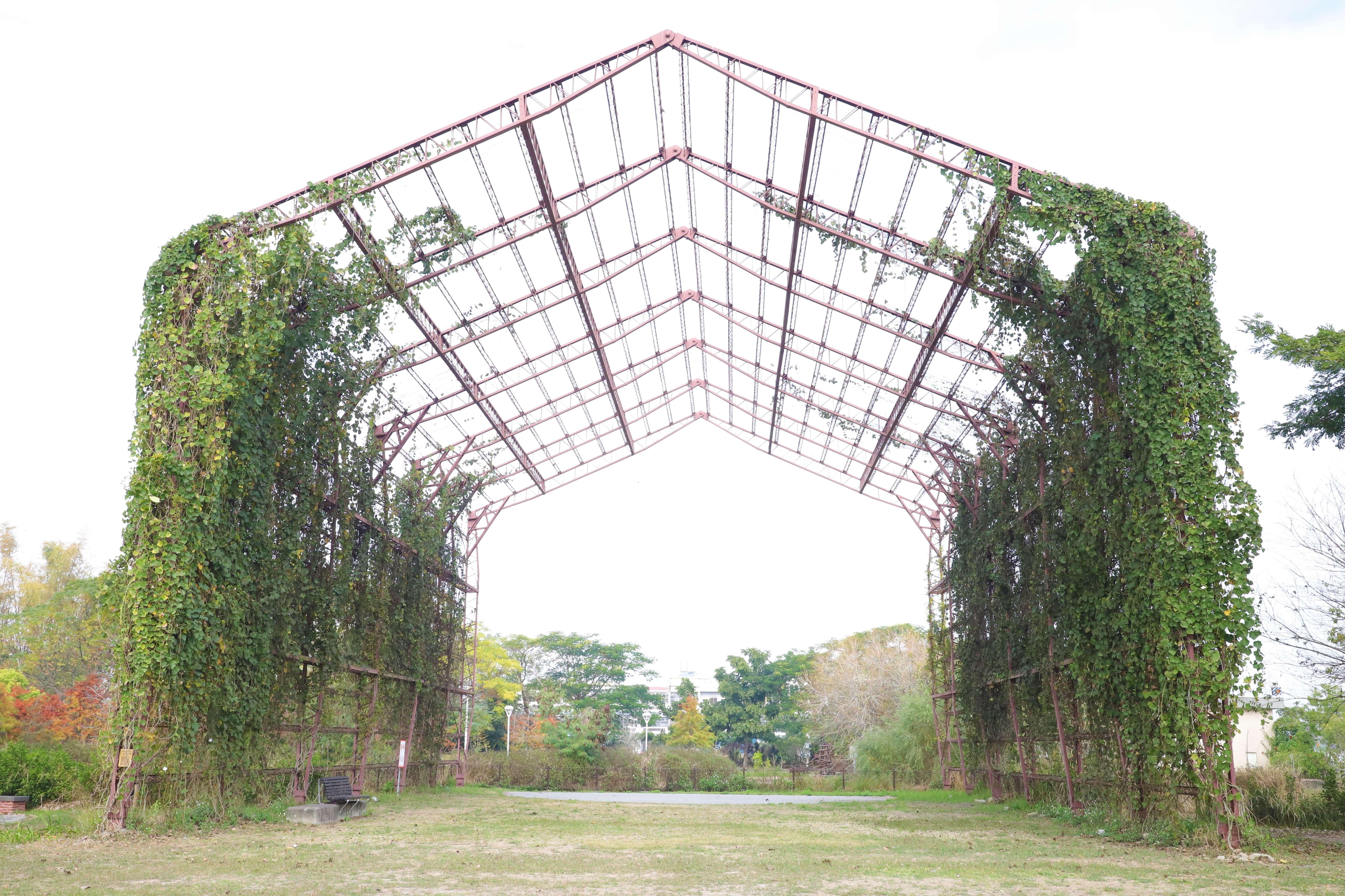 寶隆紙廠大鐵棚是熱門打卡景點。