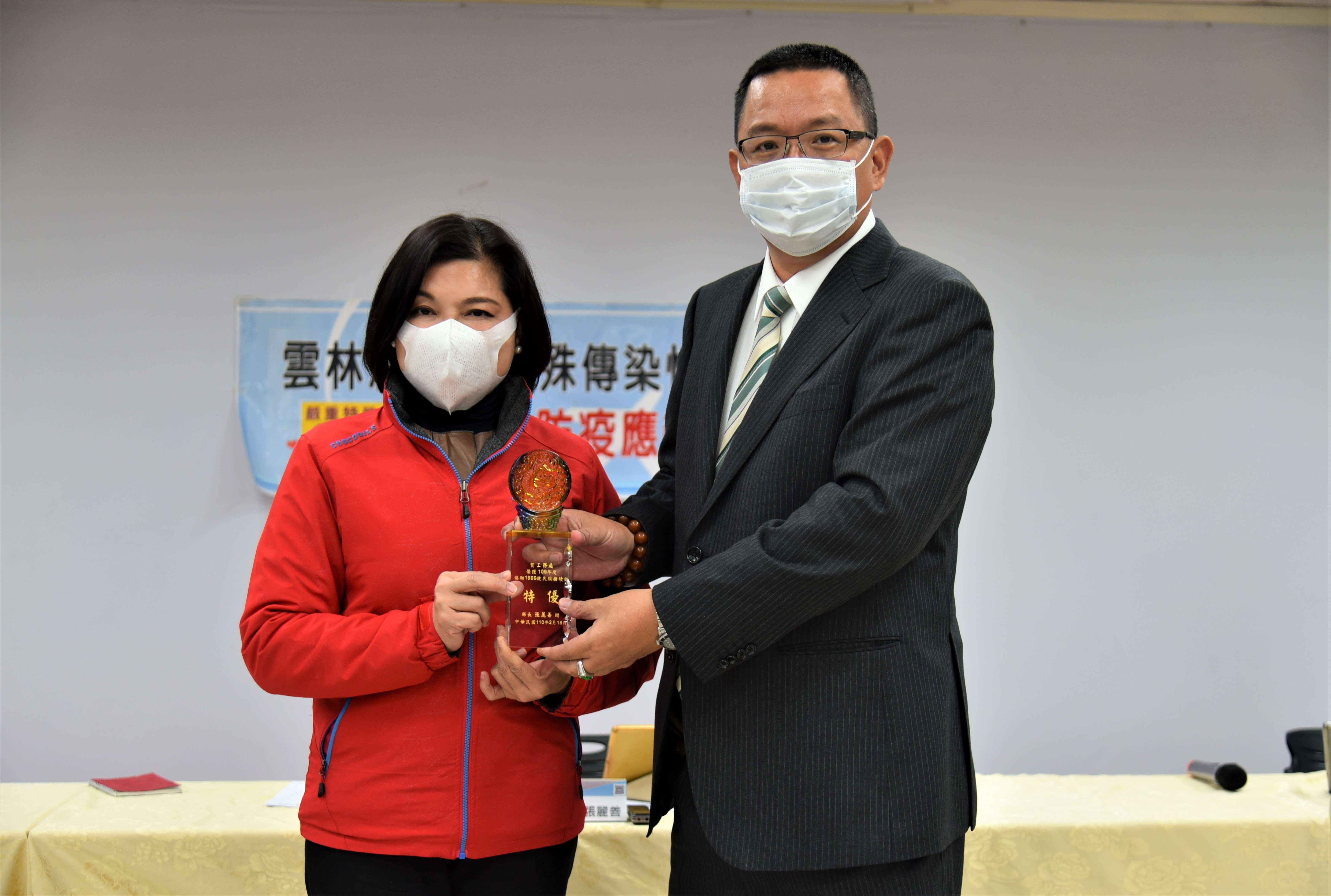 張縣長頒獎表揚工務處積極維護民眾用路安全與權益。