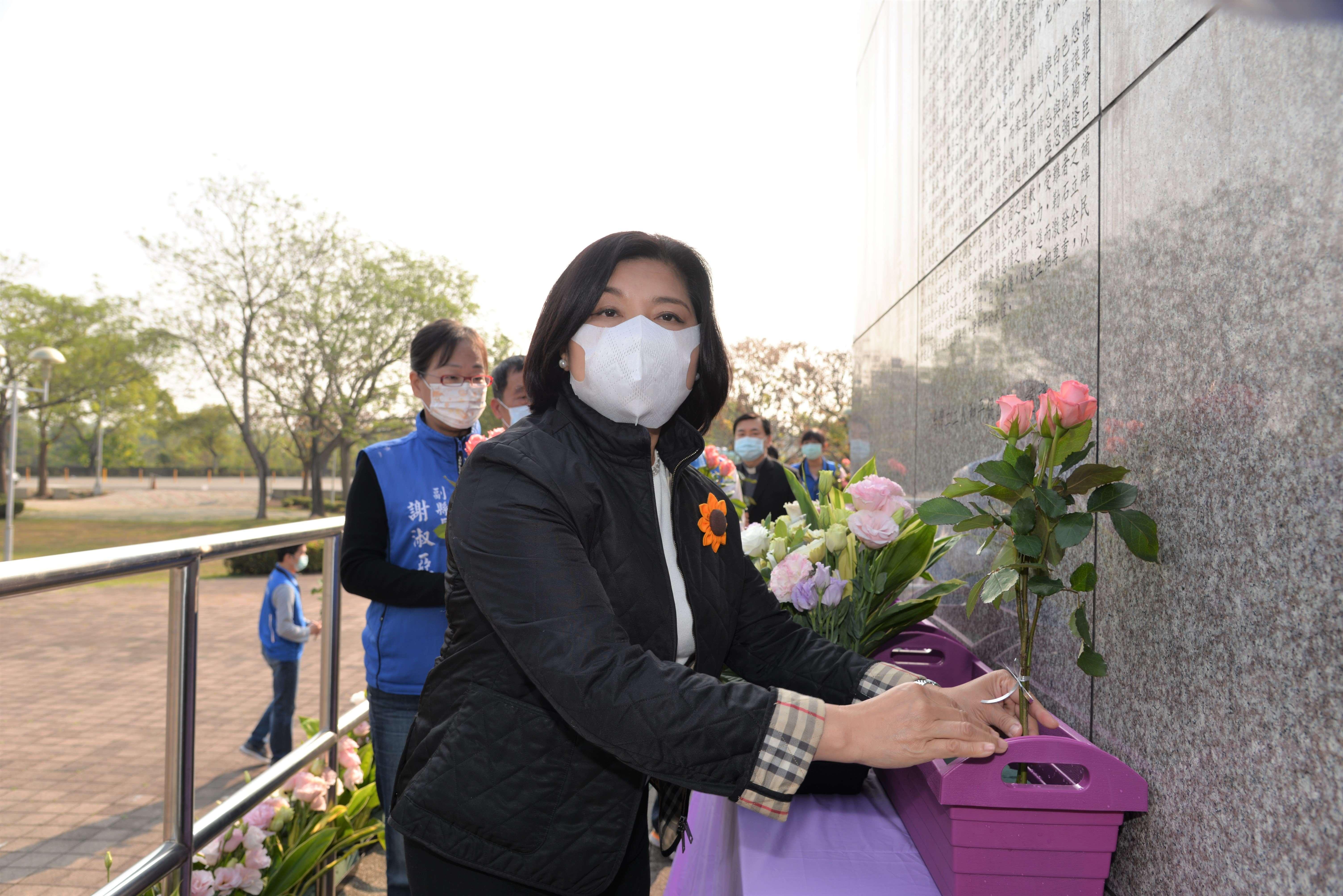張縣長、受難者家屬代表、與會貴賓一同在228紀念碑前獻花