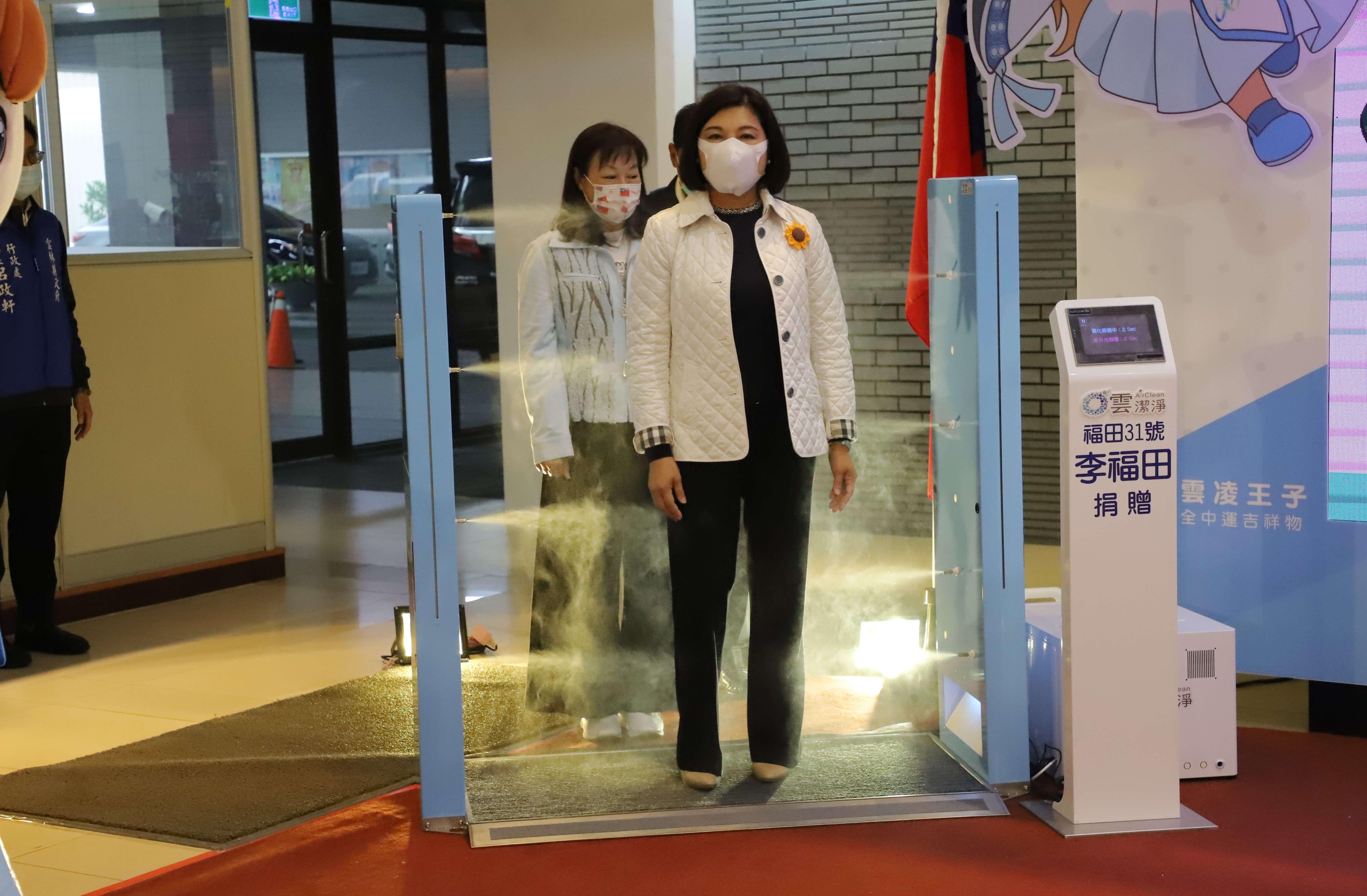 防疫智能潔淨門,每座每次可進行1萬人次的消毒,每次消毒作業僅需2秒鐘。