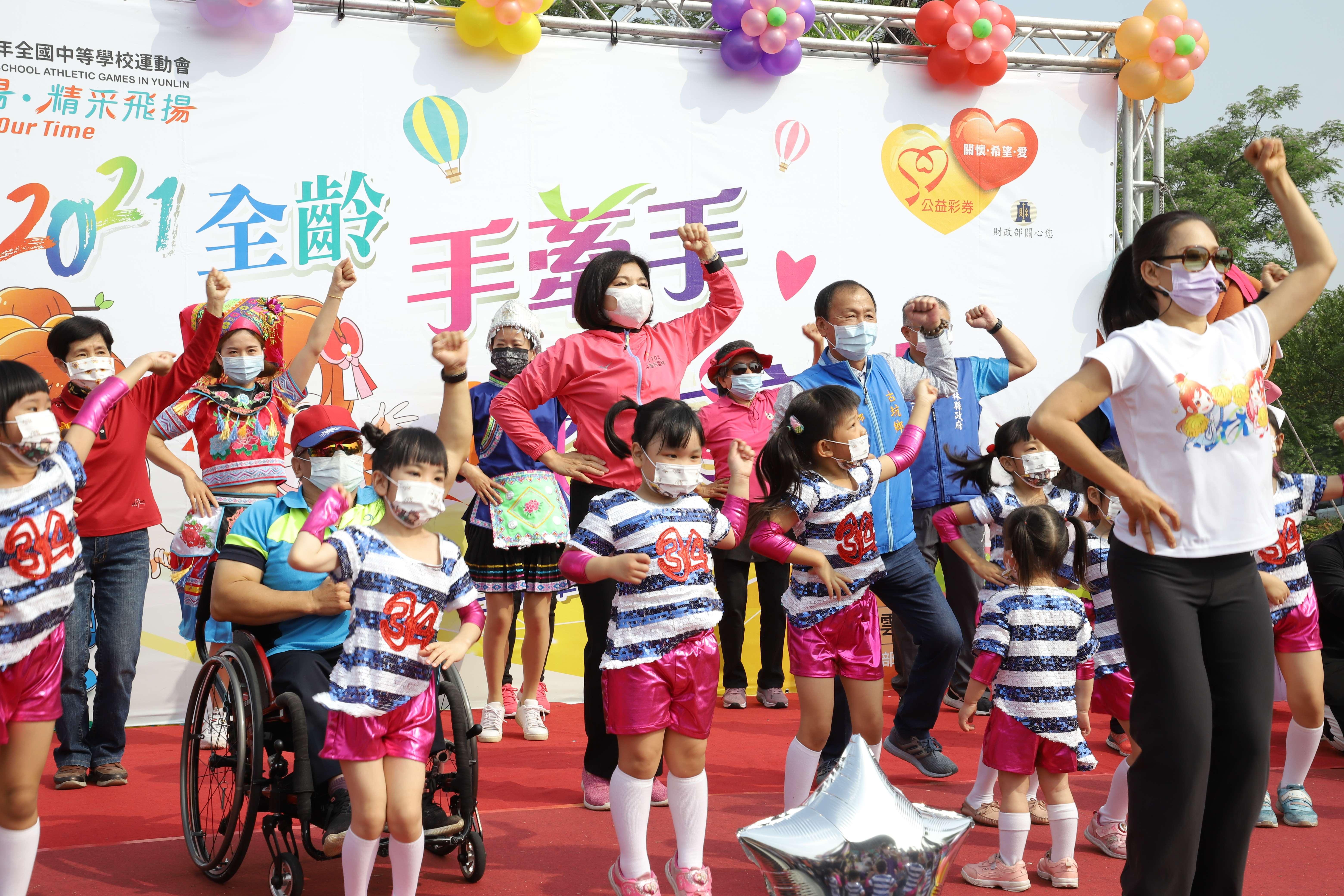 張縣長帶領現場民眾一起跳全中運主題曲「熱血青春」舞蹈暖身。