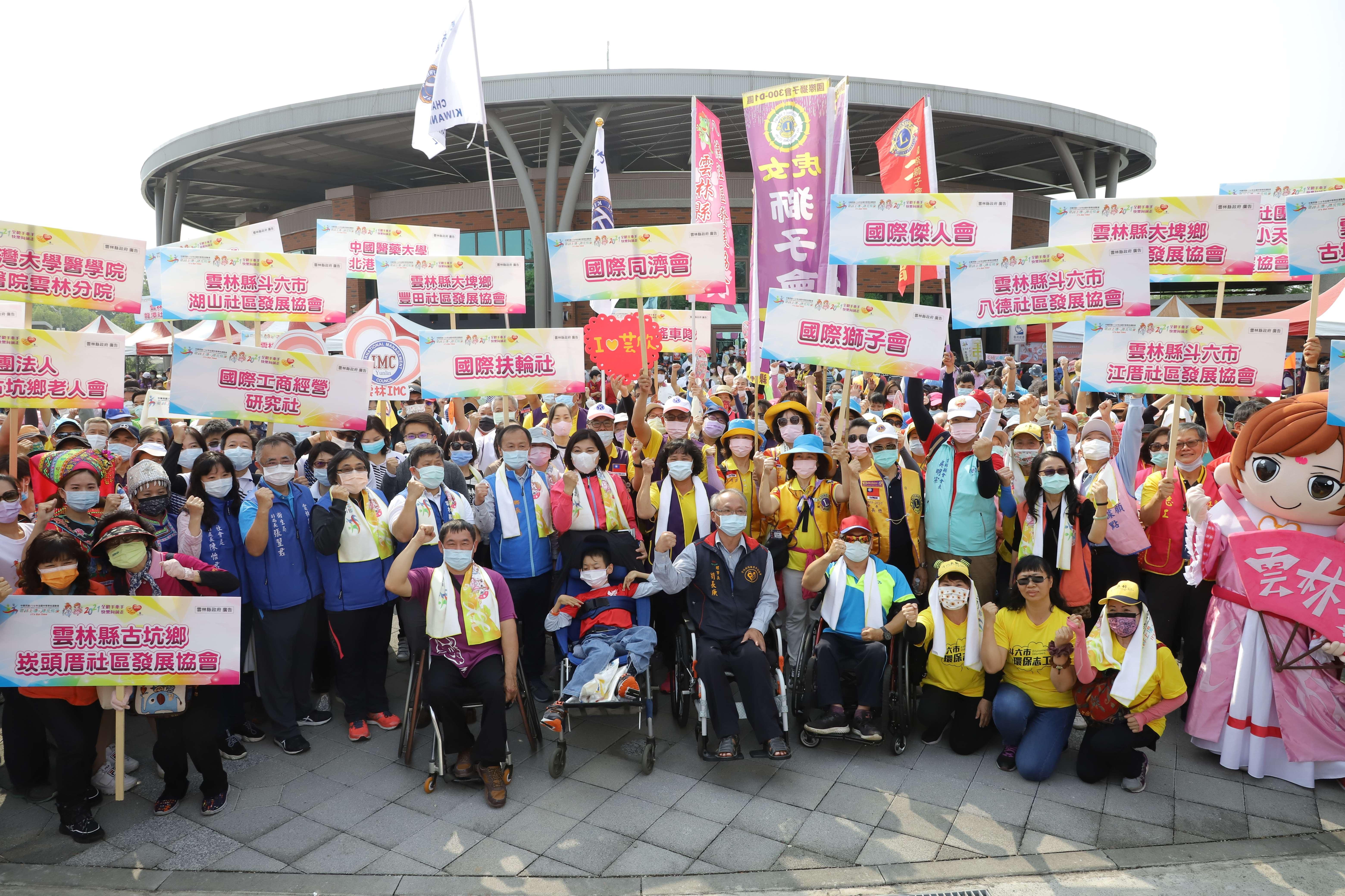 今日健走活動有來自34個社團、600多人參與,氣氛熱鬧。