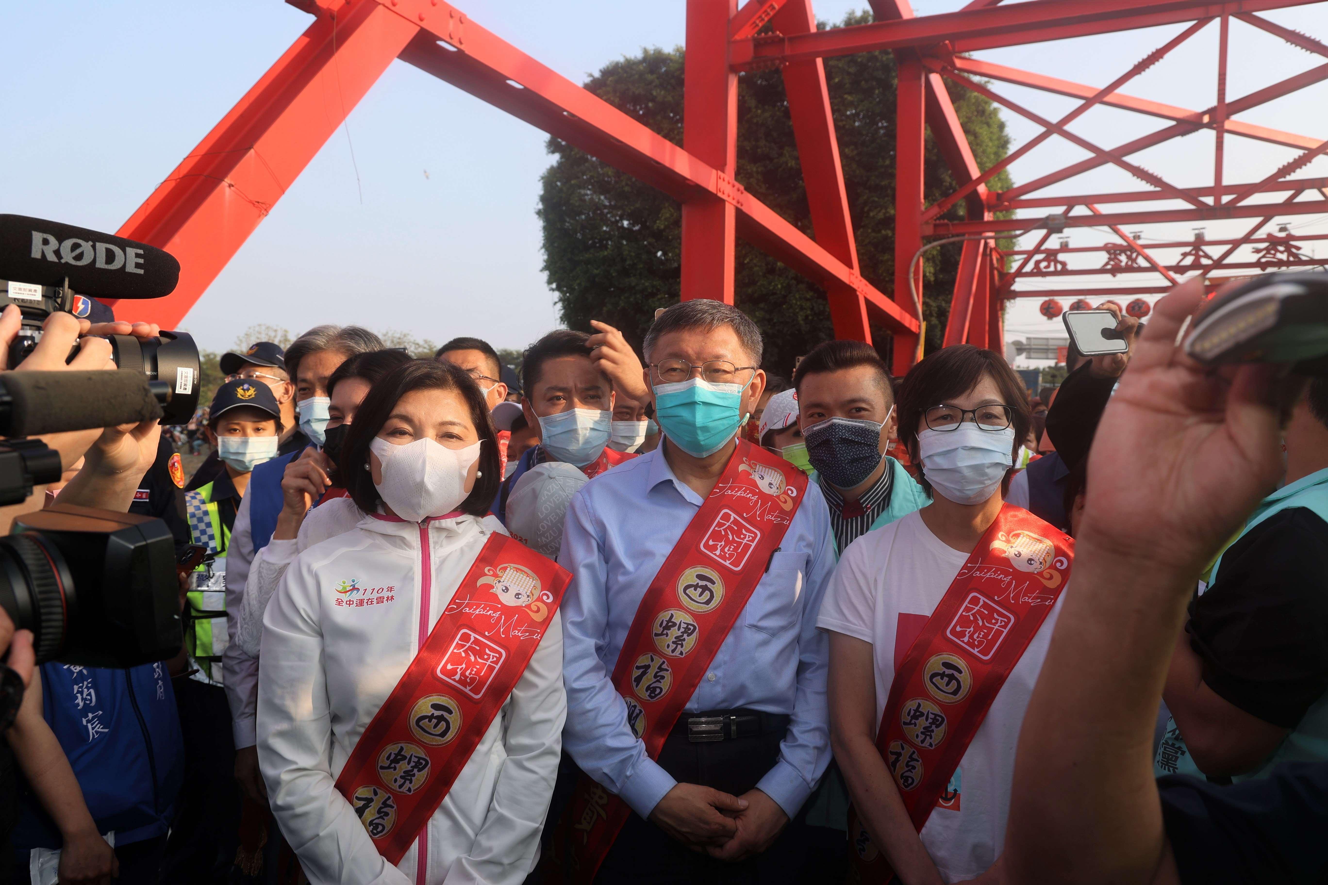 張縣長、台北市長柯文哲、立委蔡壁如於西螺大橋南端接迎大甲媽聖駕