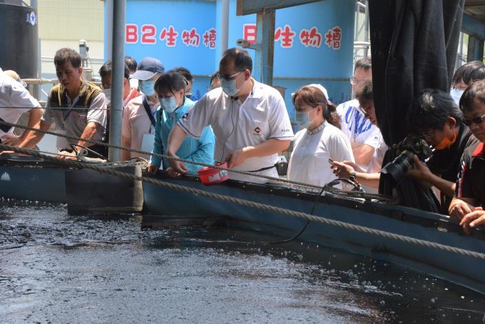 台灣鯛觀光工廠王益豐總經理向花蓮縣長說明漁產智慧養殖技術