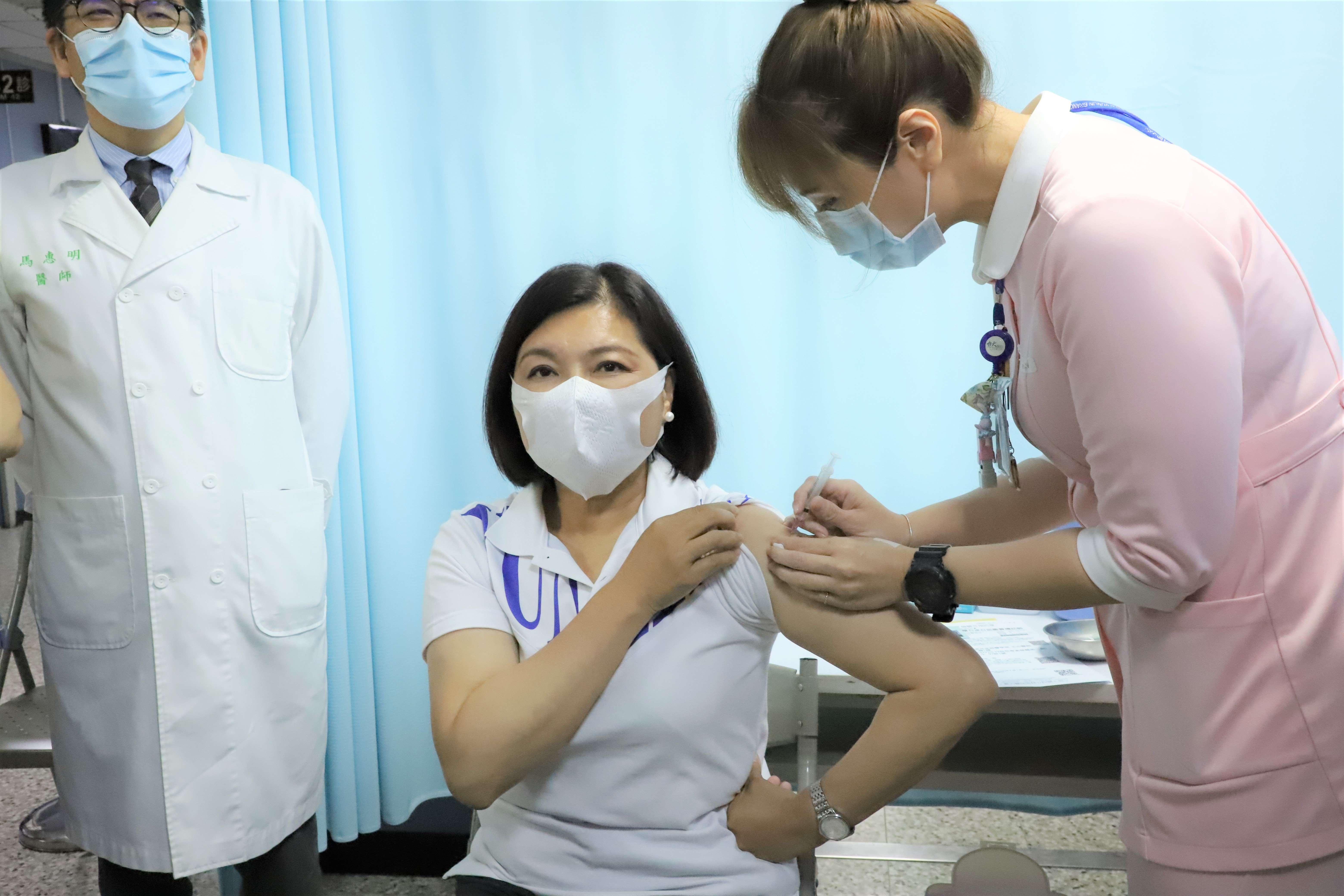 張縣長今至台大醫院雲林分院施打covid-19疫苗。