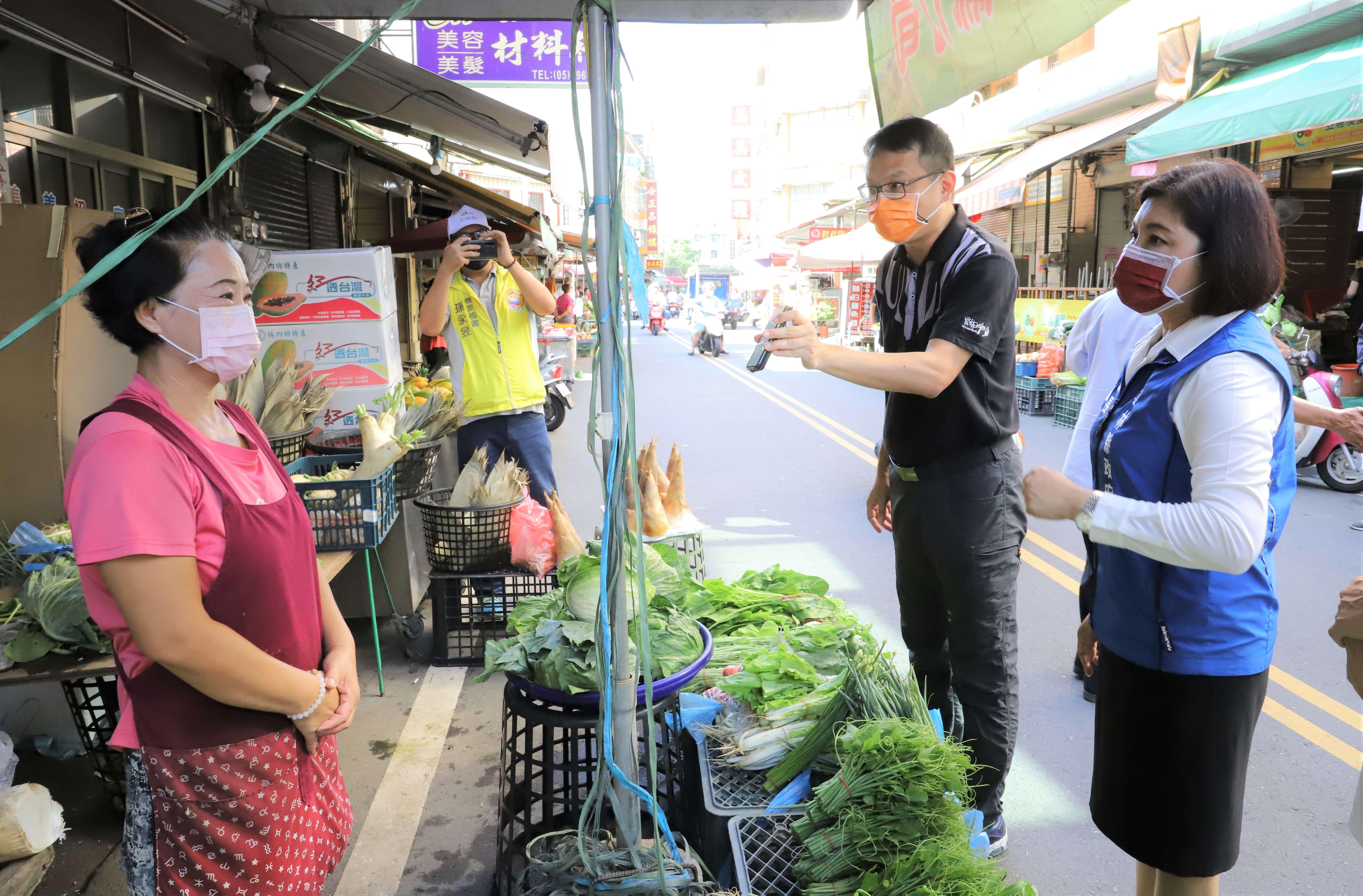 張縣長至斗南市場視察人流偵測裝置,並向鄉親宣導可多家利用。