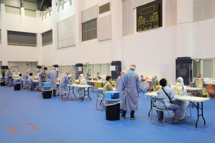 麥寮六輕1萬3000名員工昨天起一連4天進行普篩,現場有10條線同步篩檢。