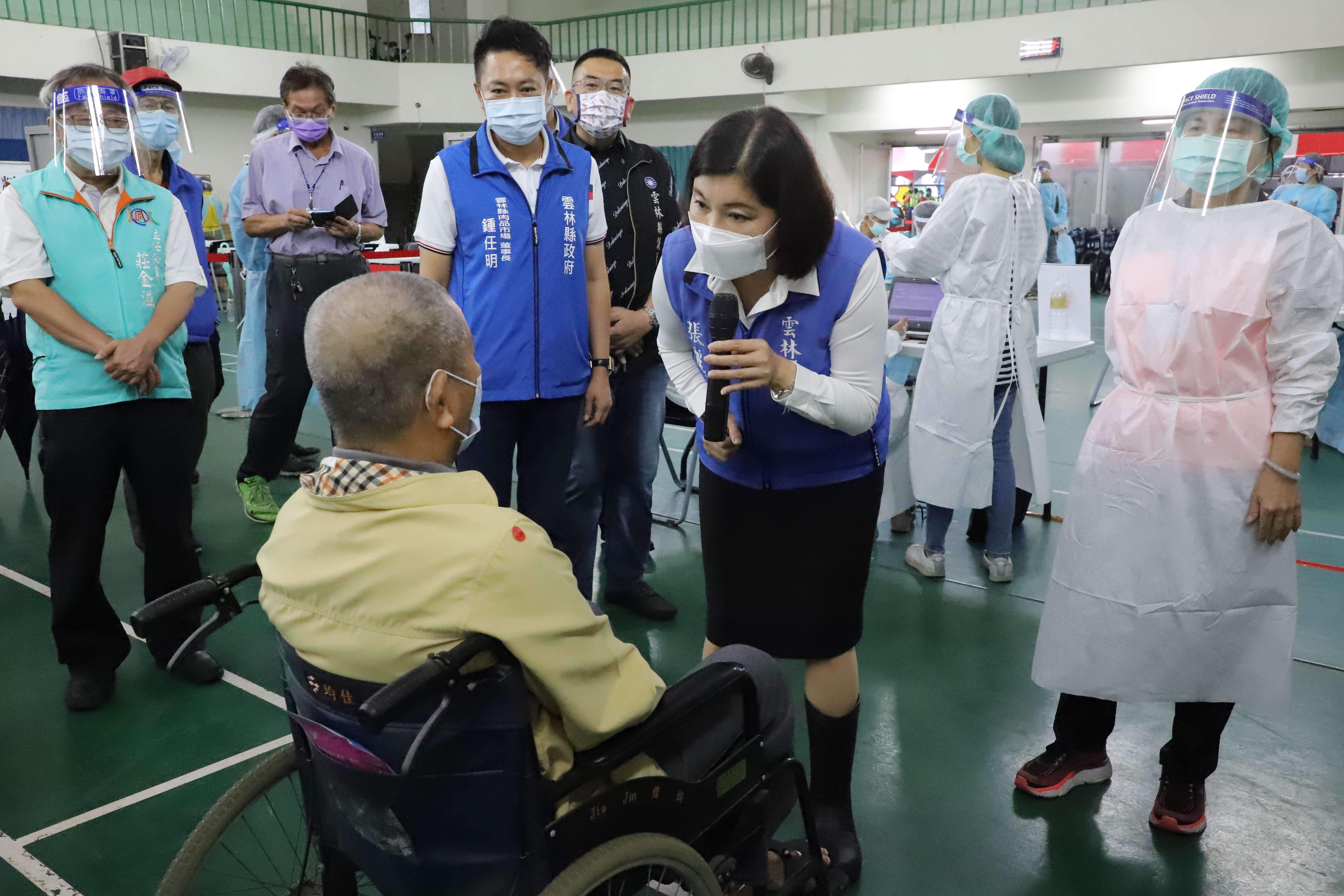張縣長巡視快打站,關心長輩施打疫苗狀況。