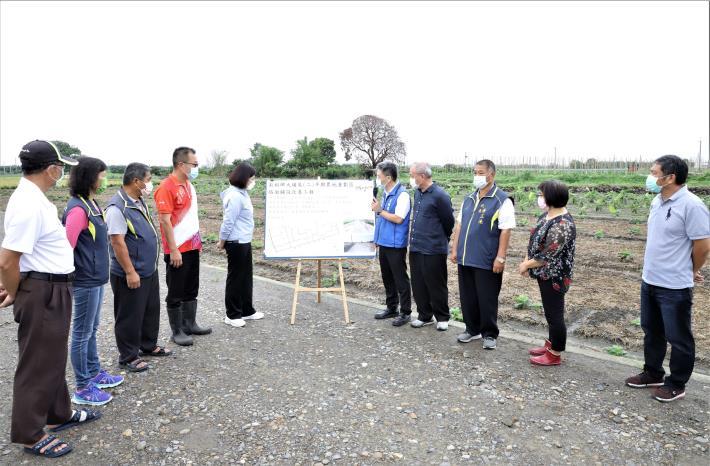 張縣長今日會勘莿桐鄉農地重劃區農路,聽取地政處長黃凱達簡報改善內容。