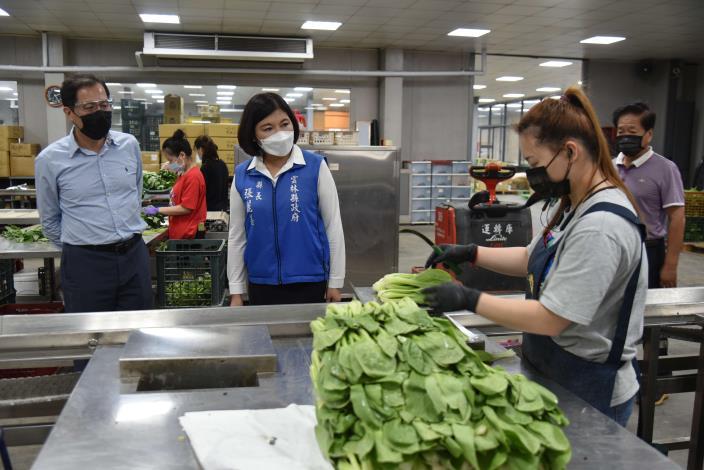 張縣長視察漢光果菜生產合作社包裝情形
