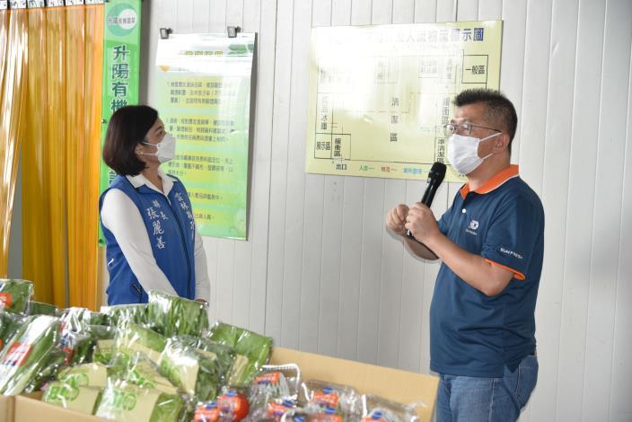 升陽農產股份有限公司董事長蔡易成向張縣長說明集貨場清消流程