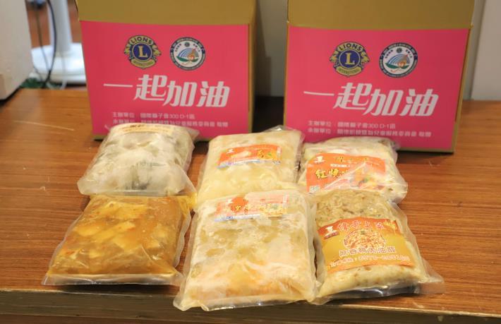 食物箱內含烏骨雞湯、鴨肉油飯等手作料理包,讓計程車司機補充體力。