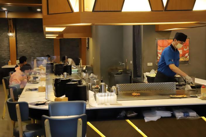 防疫警戒降級,許多餐飲業陸續開放內用。