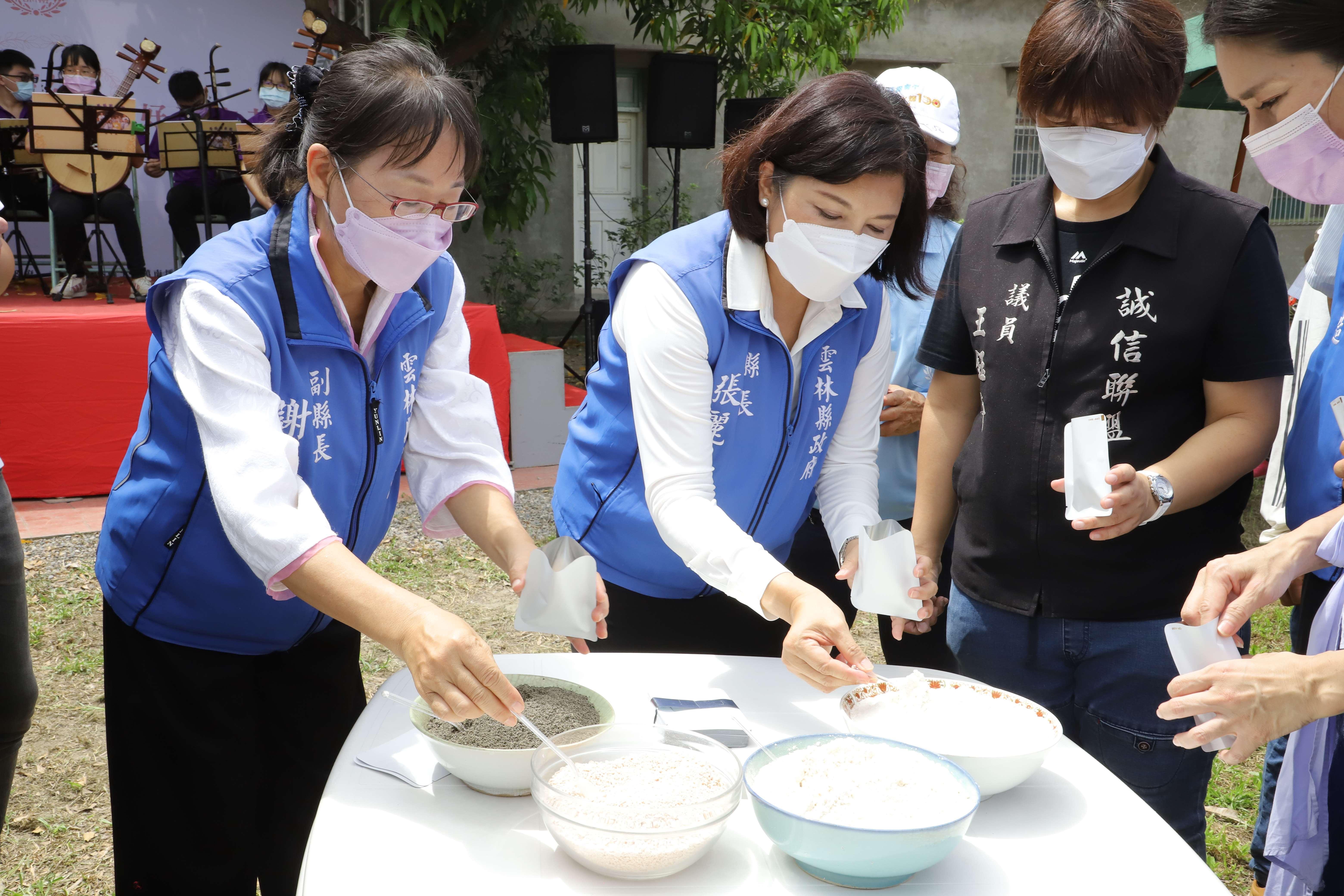 張縣長參與南平社區產業活化活動,體驗用在地食材花生、地瓜葉等手做代餐包。