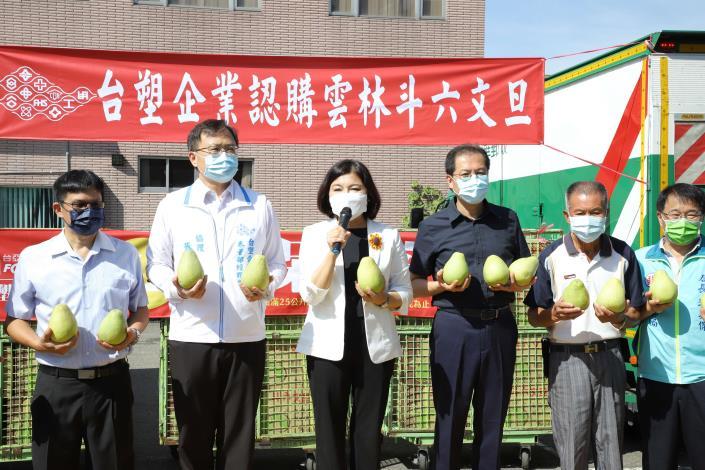 張縣長代表柚農感謝台塑企業採購文旦,讓柚農安心種植。