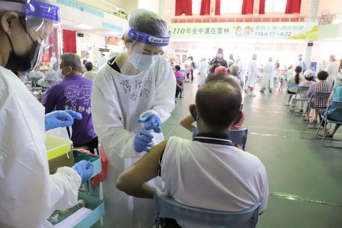 雲林縣65歲以上長者施打第二劑AZ疫苗十分踴躍