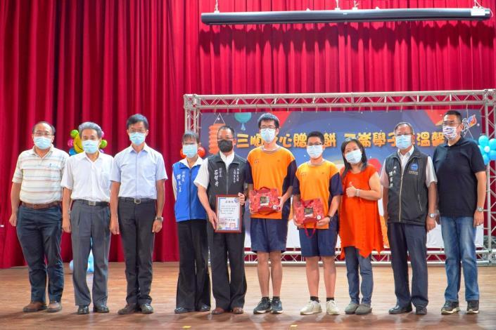 中華民國三順慈善會捐贈二崙鄉中小學生250份中秋月餅