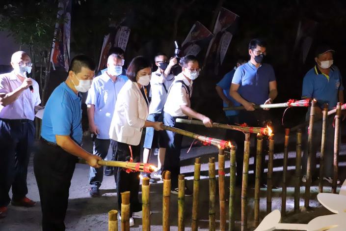 張縣長等人點燃火把為台灣祈福
