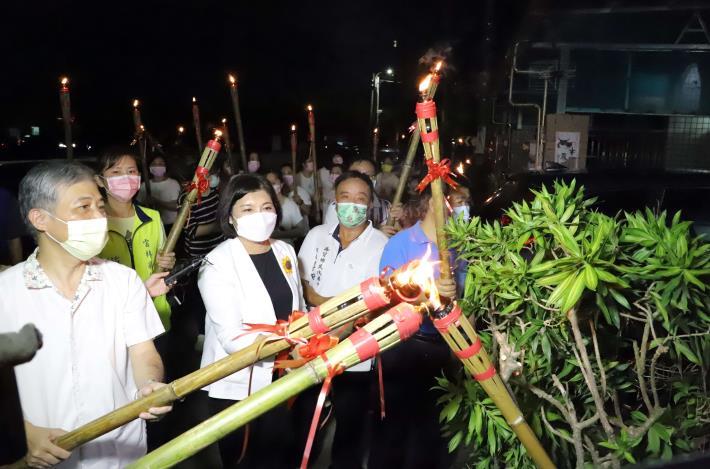 張縣長等人點燃崇賢寺附近住家門前火把,象徵巡守家園團結意象。