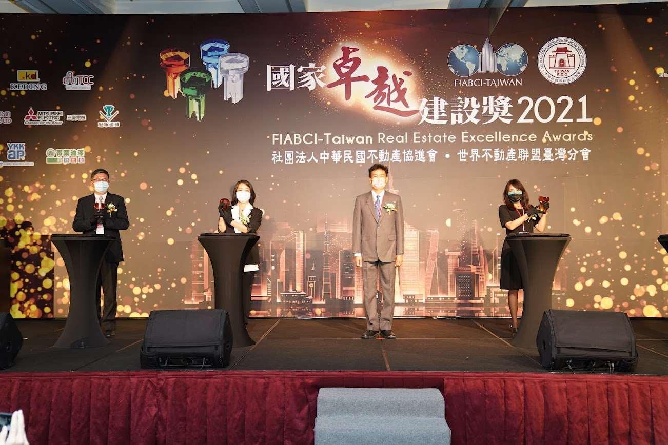 「北港文化生活園區亮點發展計畫」,榮獲最佳環境文化類金質獎殊榮,由城鄉處長林長造(左一)代表出席領獎