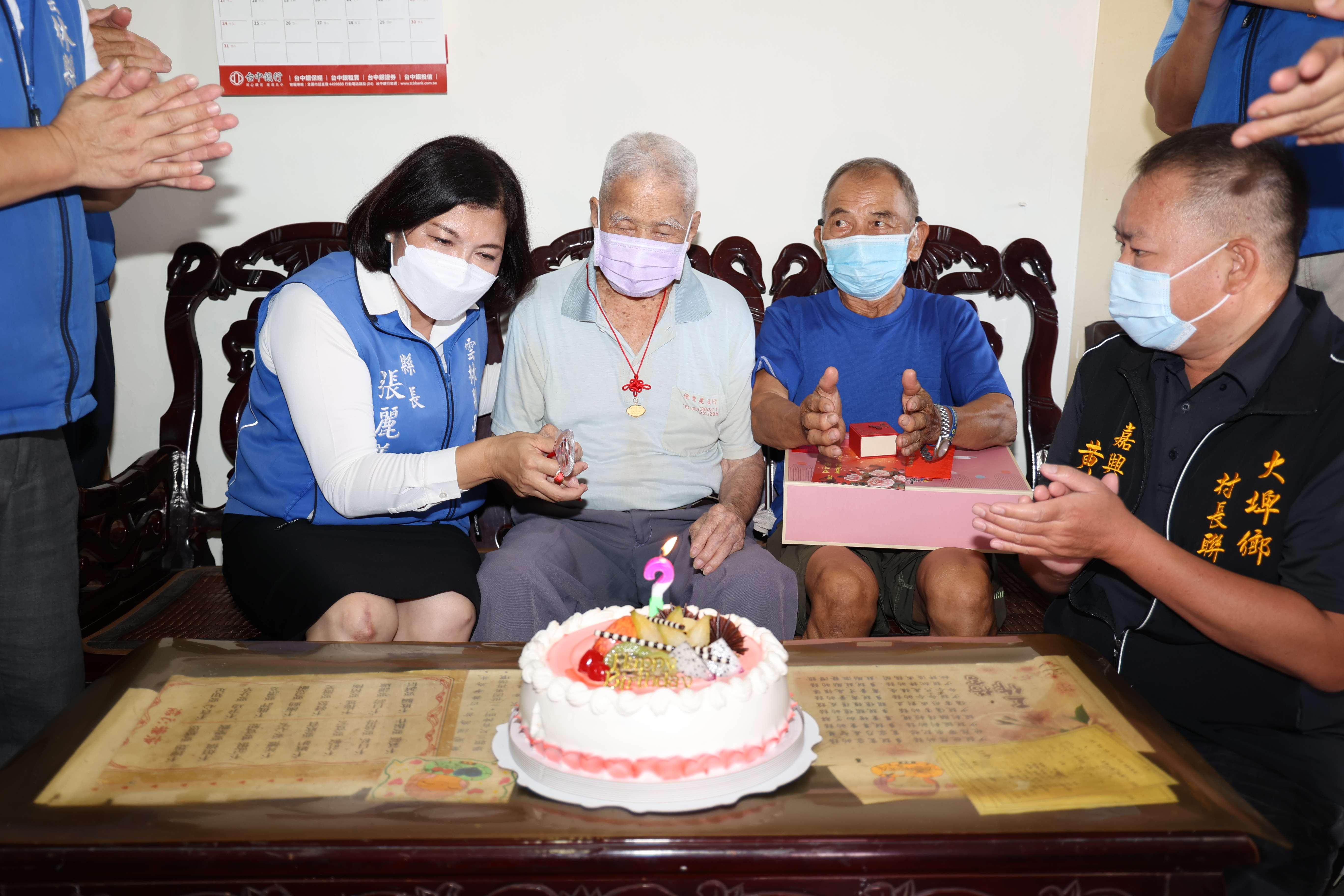重陽節前夕,張縣長特地拜訪本縣最長壽大埤鄉江新旺阿公(110歲)