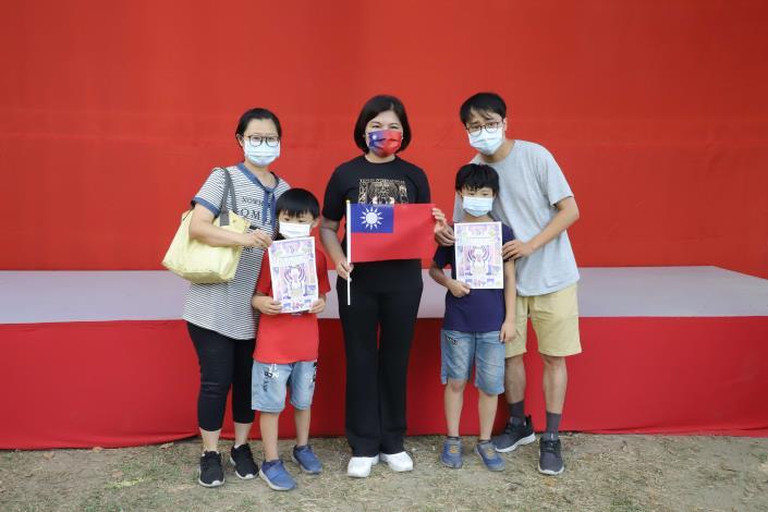 不少家長帶著孩子參與國慶升旗典禮。