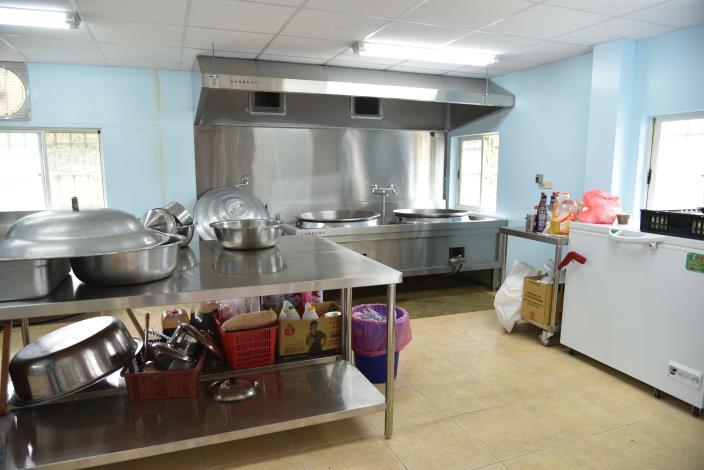 斗六市鎮西社區長青食堂廚房內部設備一應俱全