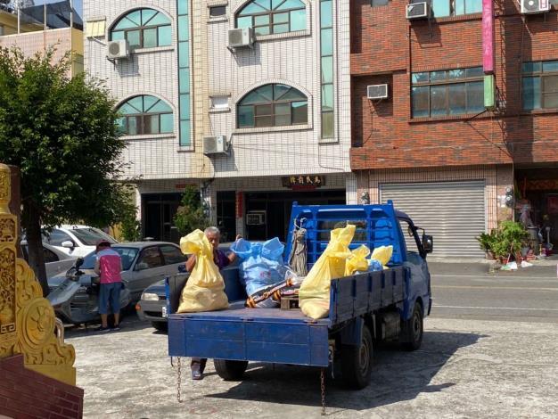 里幹事及里長協助搬運物資