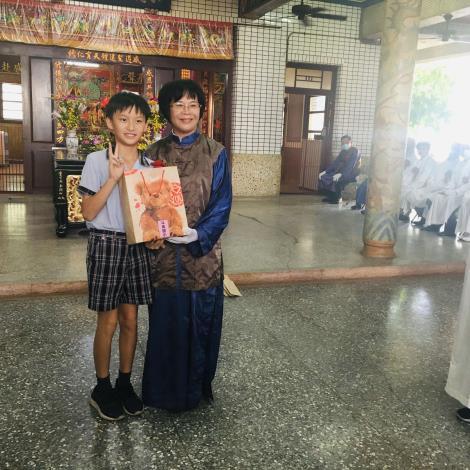 小學生代表受贈禮品