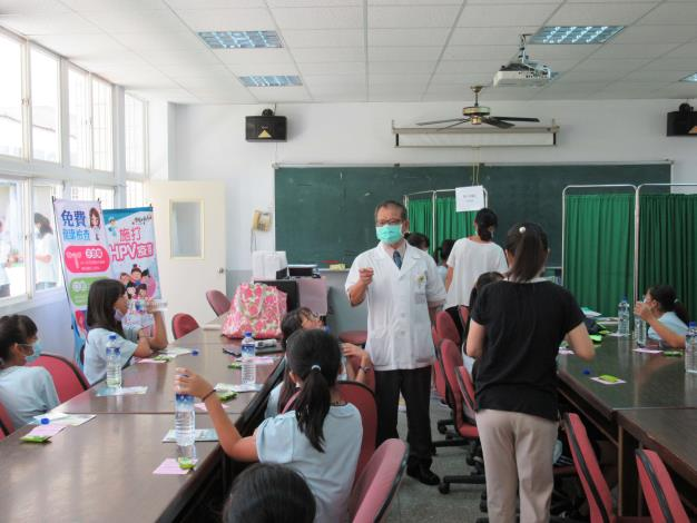 廖醫師關心接種後學生,提醒女孩們要多喝水.JPG