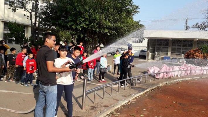 雲林縣消防局第二大隊崙背分隊辦理轄區中和國小防火防災救護宣導-射水操作