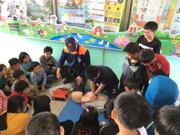 雲林縣消防局第二大隊崙背分隊辦理轄區中和國小防火防災救護宣導-CPR操作