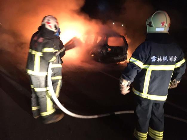 雲林縣消防局第二大隊褒忠分隊成功搶救158縣道旁車輛火警-滅火中