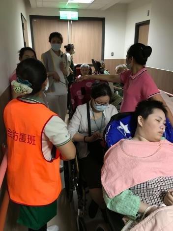 雲林縣消防局第二大隊西螺分隊協助雲林基督教醫院附設護理之家辦理自衛消防演練與急救教育-人員疏散演練