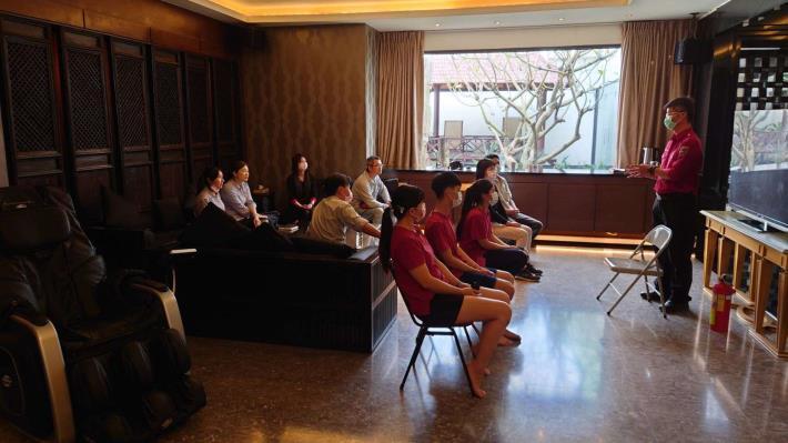 雲林縣消防局虎尾分隊至風華汽車旅館辦理防火及加強防疫宣導 -宣導過程