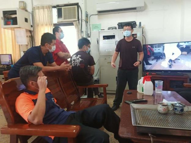 雲林縣消防局第二大隊虎尾分隊辦理防護衣穿脫與救護車清潔消毒教育訓練-訓練過程