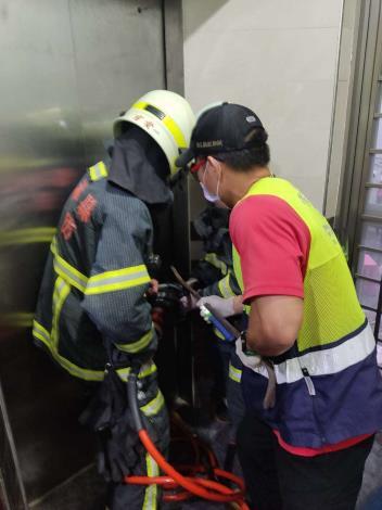 雲林縣消防局第三大隊北港分隊執行府番里電梯受困案