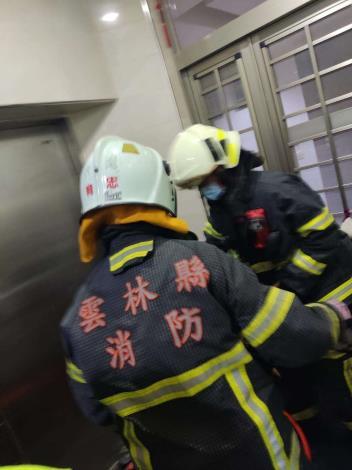 雲林縣消防局第三大隊北港分隊執行府番里電梯受困案-破壞過程