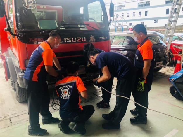 雲林縣消防局第一大隊斗南分隊辦理車載絞盤保養操作訓練-訓練過程