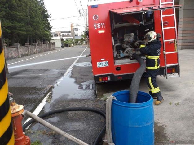 雲林縣消防局第三大隊台西分隊辦理移動式幫浦及消防車河川吸水訓練-訓練過程