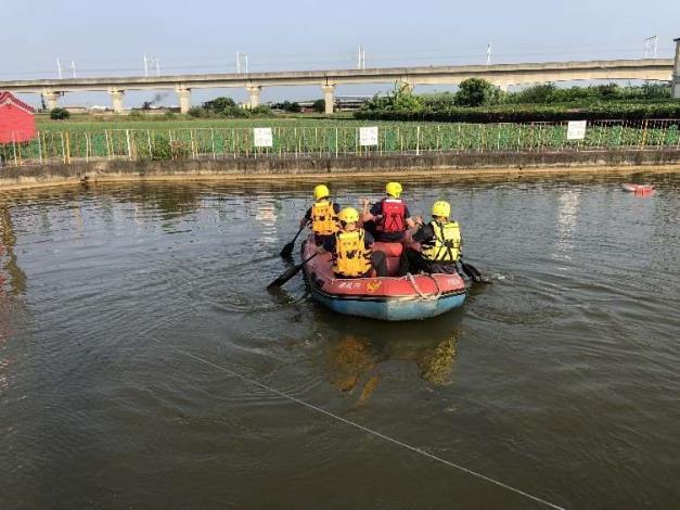 雲林縣消防局第二大隊土庫分隊於石廟魚池辦理水域救生訓練-過程
