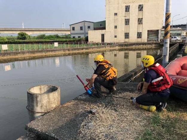 雲林縣消防局第二大隊土庫分隊於石廟魚池辦理水域救生訓練-訓練過程