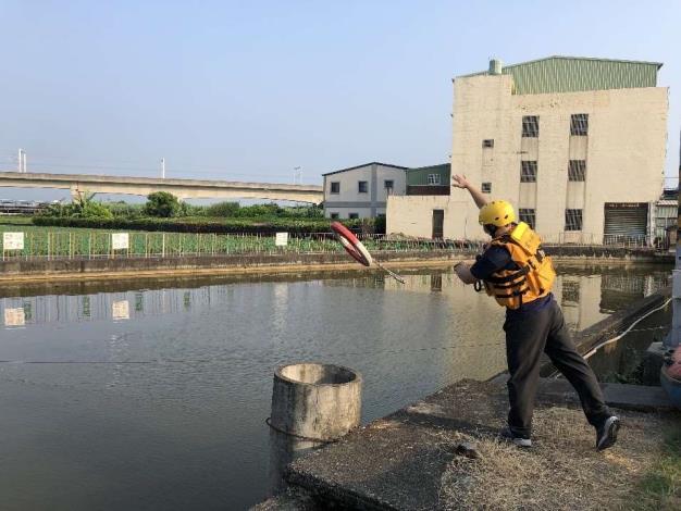 雲林縣消防局第二大隊土庫分隊於石廟魚池辦理水域救生訓練