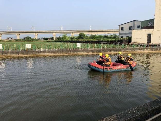雲林縣消防局第二大隊土庫分隊於石廟魚池辦理水域救生訓練-船艇巡邏